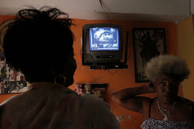 Two women discuss Fidel Castro's death on Saturday, Nov. 26 in Havana, while watching special TV programmes on the death of the leader who governed Cuba from 1959 to 2006. Credit: Jorge Luis Baños/IPS