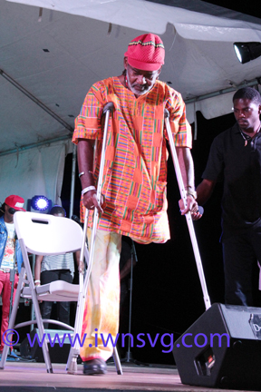 Lexie Uses Crutches As He Came On Stage To Perform On Satruday. (Iwn Photo)