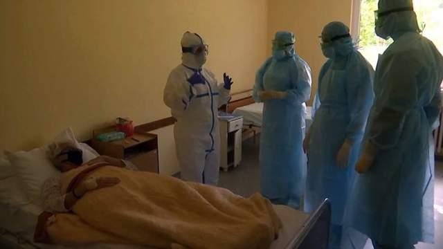 Российские военные врачи и медицинский персонал совершают обход в больнице города Вршац в Сербии. Апрель 2020 года