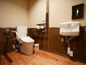 六峰館のバリアフリー対応の部屋「久住」のトイレ