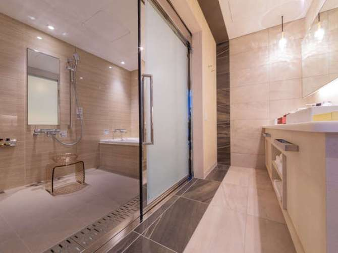 【リーベルホテル アット ユニバーサル・スタジオ・ジャパン】14階ラグジュアリーフロアのバリアフリールーム(バスルーム)