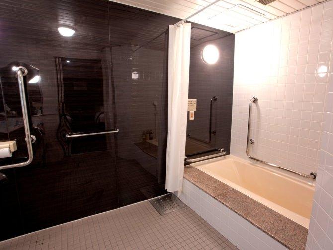 八百治博多ホテルのバリアフリールームのバスルーム