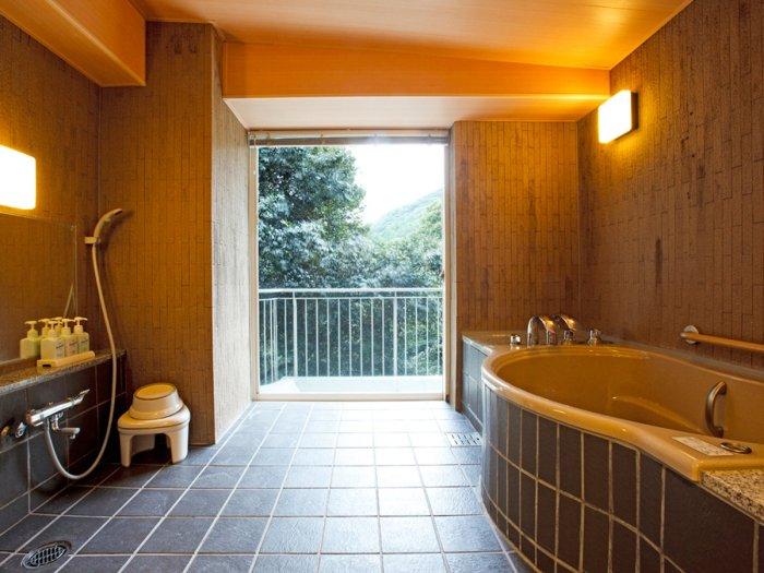 【湯本富士屋ホテル】温泉付きスーペリアツインの401号室(バリアフリー対応)客室温泉風呂