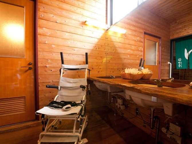 やわらぎの郷やどや バリアフリー対応の貸切風呂 脱衣所とキャリーチェア