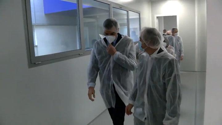 Pedro Sánchez visits the pharmaceutical company Hipra