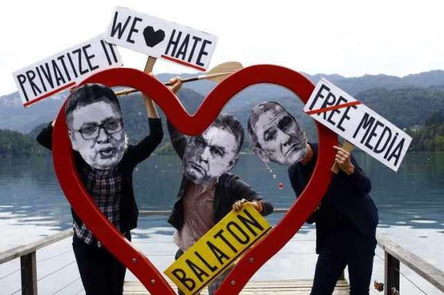 """Bruseljski portal Politico je Viktorja Orbana, Janeza Janšo in Aleksandra Vućića lani označil za """"trio neliberalnih upornikov""""."""