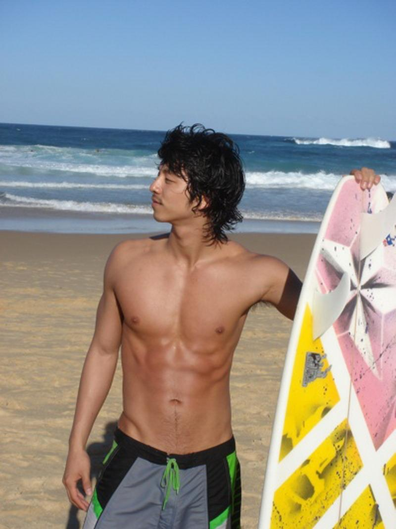 Gong Yoo has had a fit body even when he was younger.