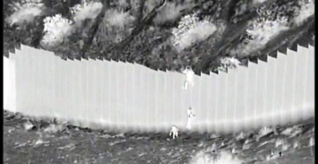 Video capta a 'coyote' dejando caer a niñas migrantes desde lo más alto del muro fronterizo