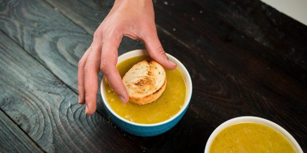 Выложите хлеб на луковый суп