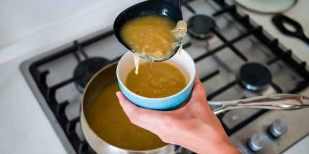 Разлейте луковый суп по керамическим горшочкам