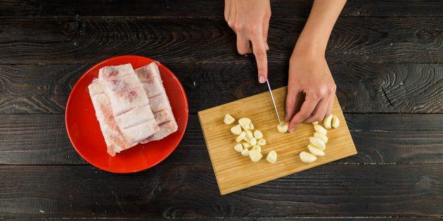 Temiz ve kesilmiş sarımsak dilimleri kalın 1-2 mm
