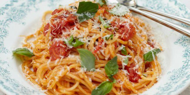 Pasta di ricetta con salsa di pomodoro