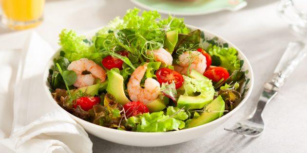 Salad dengan alpukat, udang dan tomato: resipi terbaik