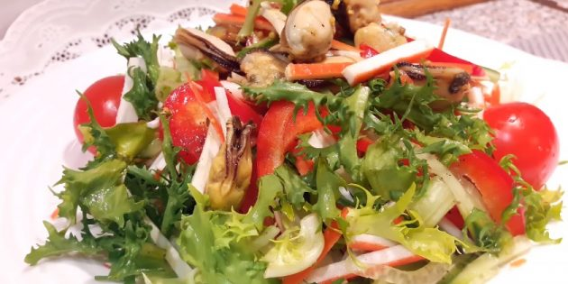 Salad với đũa cua, bắp cải, hạt tiêu và táo