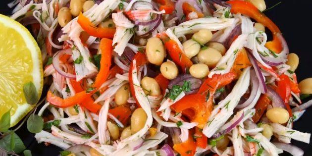Salat med krabbe spisepinde, muslinger, kål, peber og soja dressing