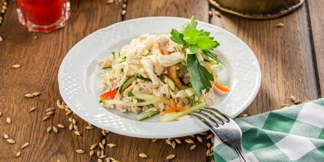 Salad tanpa mayonis dengan ayam, cendawan, timun dan lada lada: resipi mudah