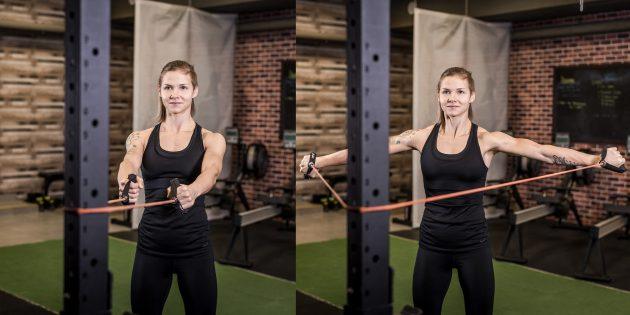 Gyakorlatok a vállon: súlyzó kábelezés a lejtőn ülve