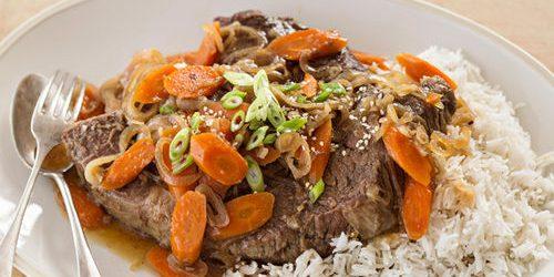 Thịt bò với rau hầm trong lò