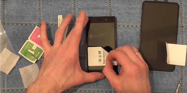 Πριν κολλήσετε το προστατευτικό γυαλί στο smartphone, βεβαιωθείτε ότι δεν υπάρχει σκόνη