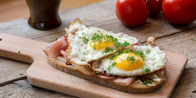 ساندویچ با تخم مرغ تقسیم شده و بیکن