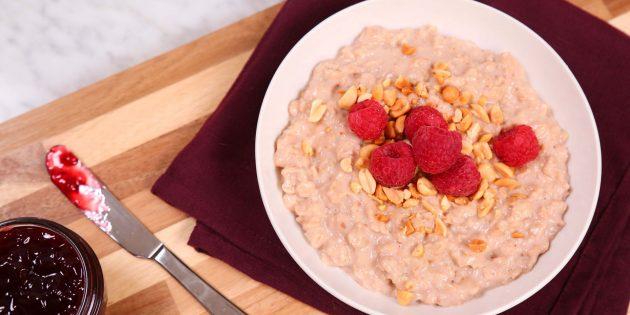 صبحانه سریع: بلغور جو دوسر با خمیر بادام زمینی و تمشک تمشک