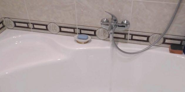 Включите горячую воду и подождите, пока из крана не пойдёт ровная струя