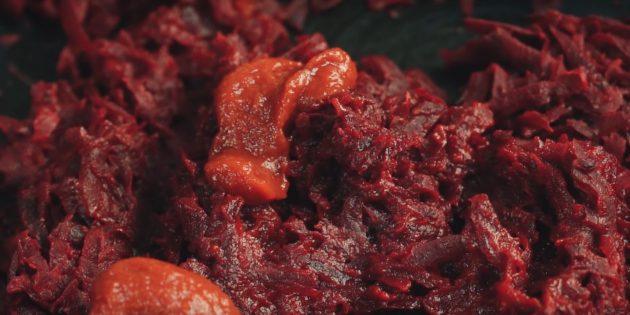 دستور العمل گام به گام برای بورچت: پیاز و هویج را سرخ کنید، همزمان، حدود 5 دقیقه