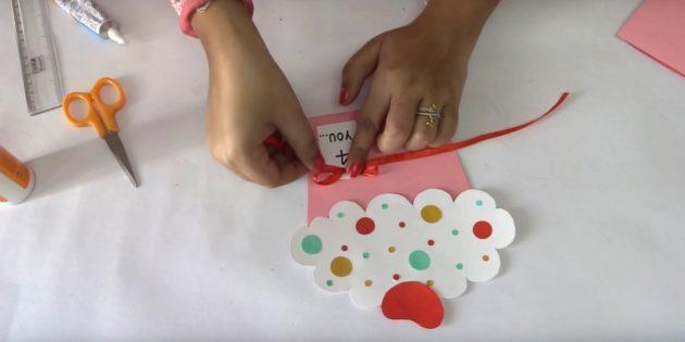 Schneiden Sie aus farbigem Papier kleine Kreise mit unterschiedlichen Durchmessern aus