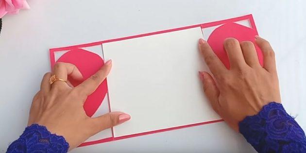 Tagliare da elemento di carta bianca alle dimensioni del retro della cartolina