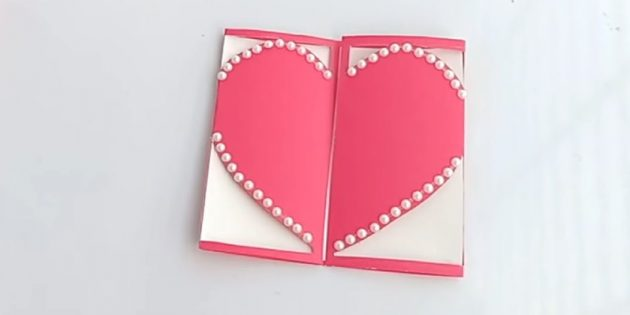 Đóng bưu thiếp. Trang trí trái tim dọc theo các cạnh của kim cương giả
