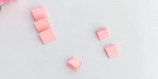 Grußkarte für Ihre Hände: 3 Quadrate aus dem Pfirsichpapier mit 5 cm und 4 cm ausschneiden