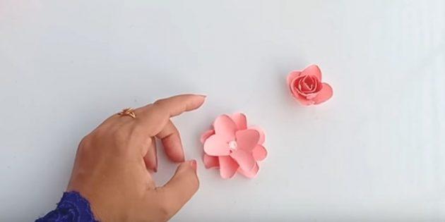 بطاقة المعايدة يديك: الغراء أجزاء قطع للحصول على زهرة مورقة
