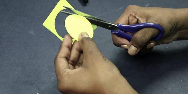 Өз қолдарыңыз үшін сәлемдесу картасы: үш түсті қағаз шеңберін кесіңіз