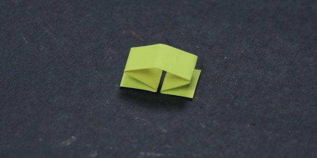 أضعاف شريط صغير من الورق في النصف