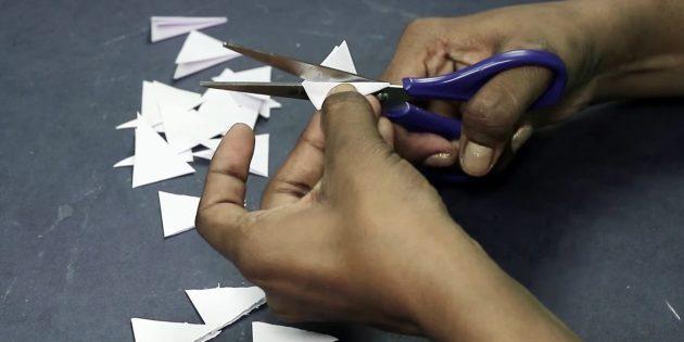 การ์ดอวยพรสำหรับมือของคุณ: ตัดสามเหลี่ยมของกระดาษสีขาว