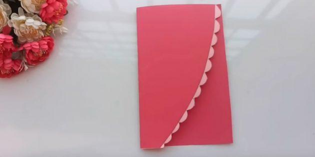การ์ดอวยพรสำหรับมือของคุณ: ตัดกระดาษสีชมพูลงในครึ่ง