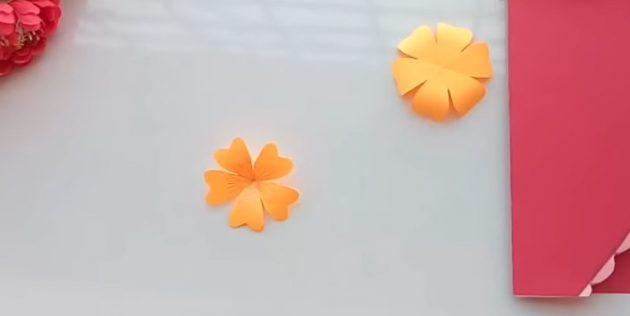 Offene Artikel öffnen und die Blütenblätter mit einem Bleistift verdrehen