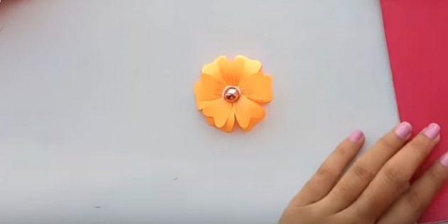 Attacca il secondo fiore sul primo