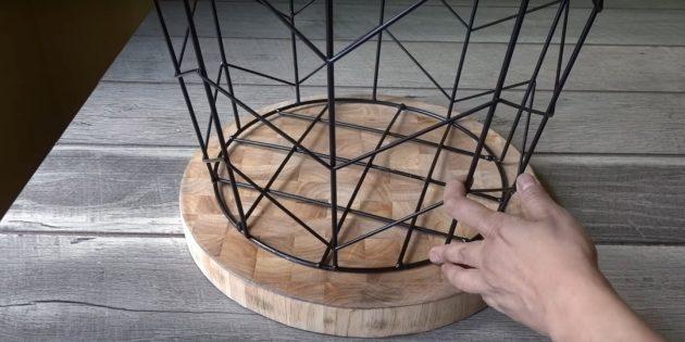 میز قهوه با دستان خود: قرار دادن سبد در بالای صفحه