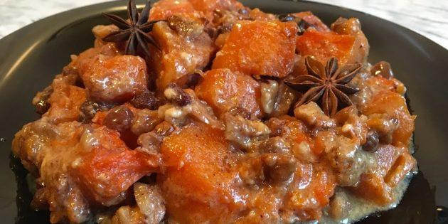 Fırında kabak, fındık, kuru üzüm ve baharatlar ile krema pişmiş
