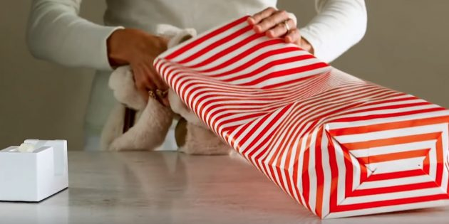 Склейте дно и вложите подарок