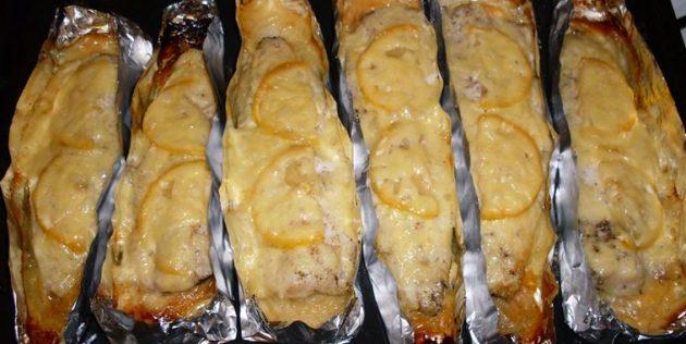 Como assar uma mistura no forno com limão, cebola e queijo