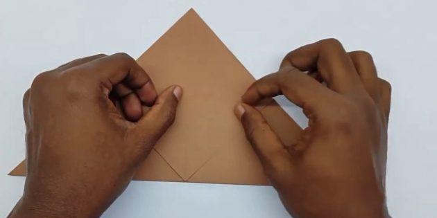 как сделать конверт: загните передний угол