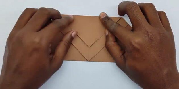 как сделать конверт: загните задний угол
