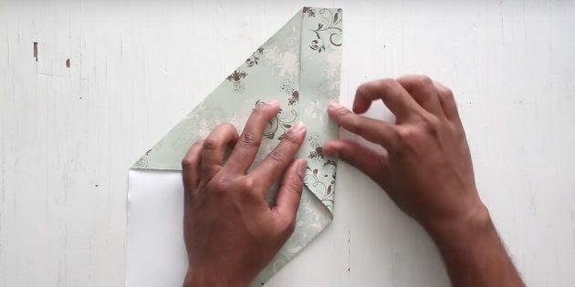 как сделать конверт: загните правую часть