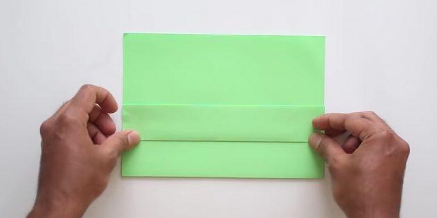 Загните нижнюю часть бумаги