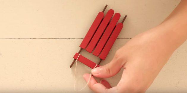 Склейте все палочки и сделайте петельку