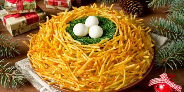 Классический рецепт салата «Гнездо глухаря» с перепелиными яйцами и жареной картошкой