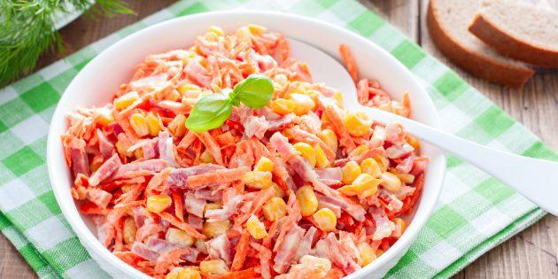 สูตรง่ายๆของสลัดที่ดีที่สุด: สลัดกับไส้กรอกรมควันแครอทเกาหลีและข้าวโพด