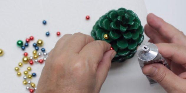 Рождестволық ағашты өз қолыңызбен қалай жасауға болады: бисер қосыңыз